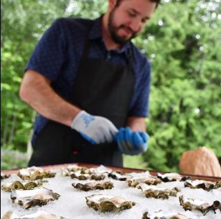 Oysters are back! This evening we are featuring freshly shucked oysters from @salishseagreens at the wine bar from 5-7pm. Perfect to enjoy with a bottle of your favorite wine. 🍾 Get here early before they run out!  . . . . . . . . . #oysters #salishsea #salishseagreens #yummy #oystersofinstagram #earthandvinewinebar #bainbridgeisland #pleasantbeachvillage
